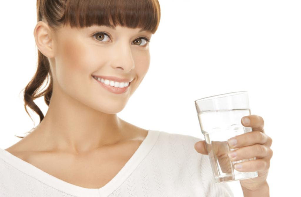 Frau mit einem Glas Trinkwasser